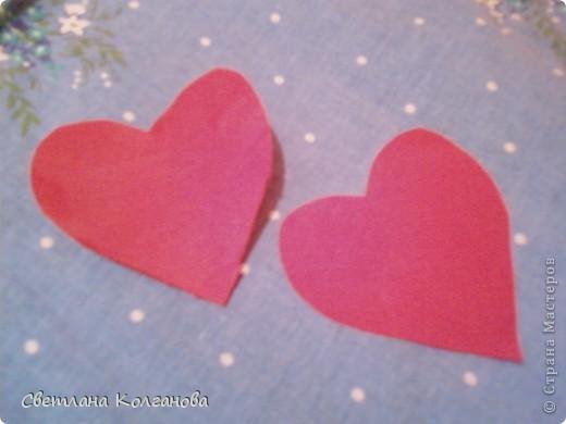 Скоро День Св. Валентина, воплощаю новые идей в жизнь. Решила сделать вот такое простое сердечко. Понадобятся: синтепон (его я вытащила из старой подушки, которую хотели выбрасывать), ткань красная (старый ненужный фартук), клей декоративный с блестками, лента широкая и узкая, палочка деревянная.  фото 2