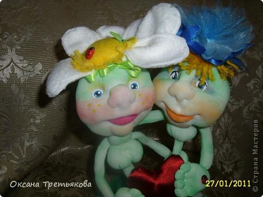 Приблежается праздник влюбленных. И вот сшила я такую вот интересную парочку. Идея не моя, а принадлежит автору Любовь  Гамала из Волгограда. Я не знаю есть ли она здесь на сайте, по-моему нет. Я познакомилась с ней на сайте Одноклассники. У нее просто сказочные и очень веселые, светлые, добрые игрушки. Спасибо ей огромное за такую чудесную идею к празднику и подсказки. Вот эта парочка мою душу не оставила равнодушной. Сшила за день на одном дыхании. Высота композиции 24 см. Шила из белых носочков - колготок однотонных не нашла, покрашены пастелью. фото 4