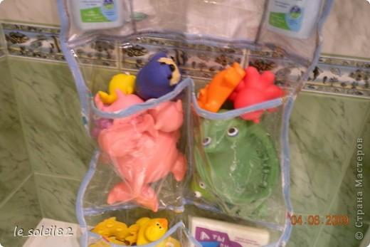 Такое вот панно сшила в ванну для игрушек дочери. Панно сшито из плотного пакета. Края заделаны косой бейкой, которая сделана из пеленок дочки.  фото 6