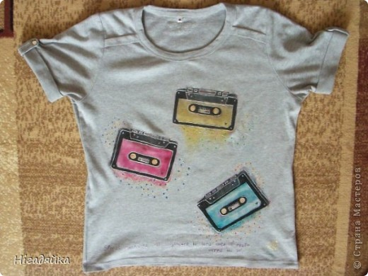 Делаем шаблон кассеты,  обводим на футболке, разрисовываем красками по ткани (на основе акрила) обводим универсальными контурами.  фото 1