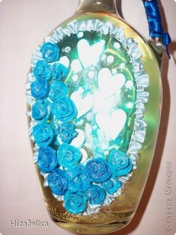 Розочки сделаны из пластики и приклеены на силикон,  использовано 2 ленточки синяя (на ручке) и голубая (при собрана в рюшечки) голубые сердечки вырезаны из бумаги и сверху покрыта витражной голубой краской, розочки присыпаны блестками. фото 2