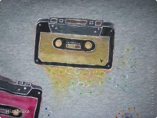 Делаем шаблон кассеты,  обводим на футболке, разрисовываем красками по ткани (на основе акрила) обводим универсальными контурами.  фото 3