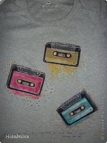 Делаем шаблон кассеты,  обводим на футболке, разрисовываем красками по ткани (на основе акрила) обводим универсальными контурами.  фото 2
