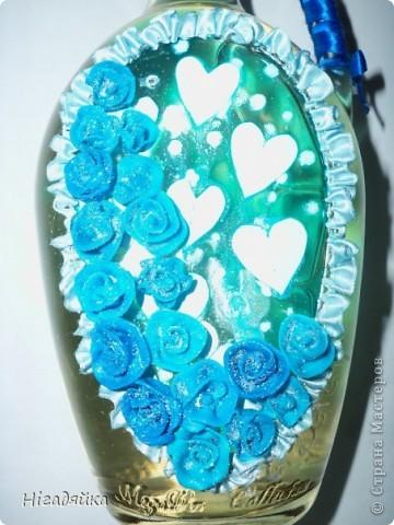 Розочки сделаны из пластики и приклеены на силикон,  использовано 2 ленточки синяя (на ручке) и голубая (при собрана в рюшечки) голубые сердечки вырезаны из бумаги и сверху покрыта витражной голубой краской, розочки присыпаны блестками. фото 3
