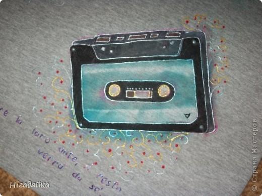 Делаем шаблон кассеты,  обводим на футболке, разрисовываем красками по ткани (на основе акрила) обводим универсальными контурами.  фото 4
