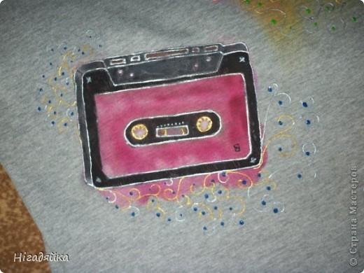Делаем шаблон кассеты,  обводим на футболке, разрисовываем красками по ткани (на основе акрила) обводим универсальными контурами.  фото 5