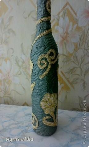 Бутылку облепила массой из клея ПВА и туалетной бумаги,вырезала из обоев цветочки,узорчики. фото 1