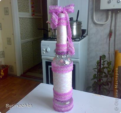 Бутылку облепила массой из клея ПВА и туалетной бумаги,вырезала из обоев цветочки,узорчики. фото 3