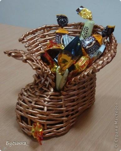 Вот такой башмачок я подарила сотруднице на день рождения. А как средство от депрессии - я наполнила его конфетами. фото 1