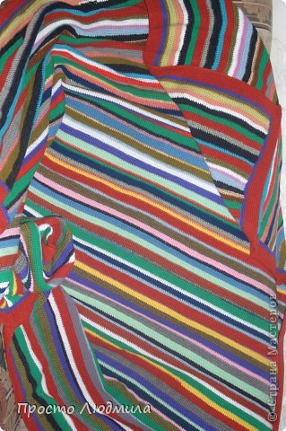 В доме накопилось много разноцветных клубочков из которых получился плед на дачу размером 180 см на 180 см. В вязании нет никакой системы, цвет полосок и чередование по настроению. фото 4