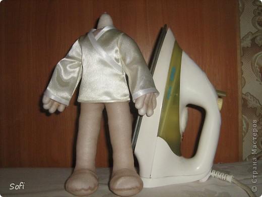 Всем доброго времени суток!!!! Хочу показать Вам  дорогие Мастерицы мою новую куклу. Как часто это бывает с созданием  кукол, задумка была одна, а кукла  родилась, и  сказала, кем ей быть. Посмотрела я на неё и увидела персонаж из  мультика  про «Маленького Мука», который терпел много мук. Ещё хочу показать Вам  некоторые этапы рождения куклы, как делаю это я (ссылаясь, на МК Мастериц Страны Мастеров выделила для себя  всё то, что сочла для себя самым удобным, такой сборкой и пользуюсь). Так же покажу, как я сделала  своей кукле обувь в восточном стиле. Надеюсь,  моя информация будет кому-то полезна. Приятного всем просмотра. фото 11