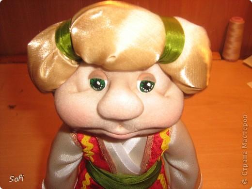 Всем доброго времени суток!!!! Хочу показать Вам  дорогие Мастерицы мою новую куклу. Как часто это бывает с созданием  кукол, задумка была одна, а кукла  родилась, и  сказала, кем ей быть. Посмотрела я на неё и увидела персонаж из  мультика  про «Маленького Мука», который терпел много мук. Ещё хочу показать Вам  некоторые этапы рождения куклы, как делаю это я (ссылаясь, на МК Мастериц Страны Мастеров выделила для себя  всё то, что сочла для себя самым удобным, такой сборкой и пользуюсь). Так же покажу, как я сделала  своей кукле обувь в восточном стиле. Надеюсь,  моя информация будет кому-то полезна. Приятного всем просмотра. фото 21