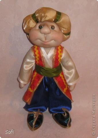 Всем доброго времени суток!!!! Хочу показать Вам  дорогие Мастерицы мою новую куклу. Как часто это бывает с созданием  кукол, задумка была одна, а кукла  родилась, и  сказала, кем ей быть. Посмотрела я на неё и увидела персонаж из  мультика  про «Маленького Мука», который терпел много мук. Ещё хочу показать Вам  некоторые этапы рождения куклы, как делаю это я (ссылаясь, на МК Мастериц Страны Мастеров выделила для себя  всё то, что сочла для себя самым удобным, такой сборкой и пользуюсь). Так же покажу, как я сделала  своей кукле обувь в восточном стиле. Надеюсь,  моя информация будет кому-то полезна. Приятного всем просмотра. фото 7