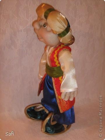 Всем доброго времени суток!!!! Хочу показать Вам  дорогие Мастерицы мою новую куклу. Как часто это бывает с созданием  кукол, задумка была одна, а кукла  родилась, и  сказала, кем ей быть. Посмотрела я на неё и увидела персонаж из  мультика  про «Маленького Мука», который терпел много мук. Ещё хочу показать Вам  некоторые этапы рождения куклы, как делаю это я (ссылаясь, на МК Мастериц Страны Мастеров выделила для себя  всё то, что сочла для себя самым удобным, такой сборкой и пользуюсь). Так же покажу, как я сделала  своей кукле обувь в восточном стиле. Надеюсь,  моя информация будет кому-то полезна. Приятного всем просмотра. фото 5