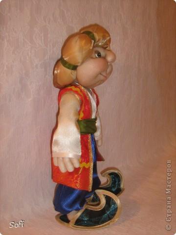 Всем доброго времени суток!!!! Хочу показать Вам  дорогие Мастерицы мою новую куклу. Как часто это бывает с созданием  кукол, задумка была одна, а кукла  родилась, и  сказала, кем ей быть. Посмотрела я на неё и увидела персонаж из  мультика  про «Маленького Мука», который терпел много мук. Ещё хочу показать Вам  некоторые этапы рождения куклы, как делаю это я (ссылаясь, на МК Мастериц Страны Мастеров выделила для себя  всё то, что сочла для себя самым удобным, такой сборкой и пользуюсь). Так же покажу, как я сделала  своей кукле обувь в восточном стиле. Надеюсь,  моя информация будет кому-то полезна. Приятного всем просмотра. фото 4