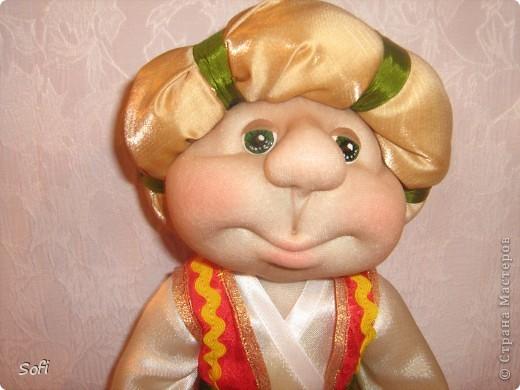 Всем доброго времени суток!!!! Хочу показать Вам  дорогие Мастерицы мою новую куклу. Как часто это бывает с созданием  кукол, задумка была одна, а кукла  родилась, и  сказала, кем ей быть. Посмотрела я на неё и увидела персонаж из  мультика  про «Маленького Мука», который терпел много мук. Ещё хочу показать Вам  некоторые этапы рождения куклы, как делаю это я (ссылаясь, на МК Мастериц Страны Мастеров выделила для себя  всё то, что сочла для себя самым удобным, такой сборкой и пользуюсь). Так же покажу, как я сделала  своей кукле обувь в восточном стиле. Надеюсь,  моя информация будет кому-то полезна. Приятного всем просмотра. фото 3