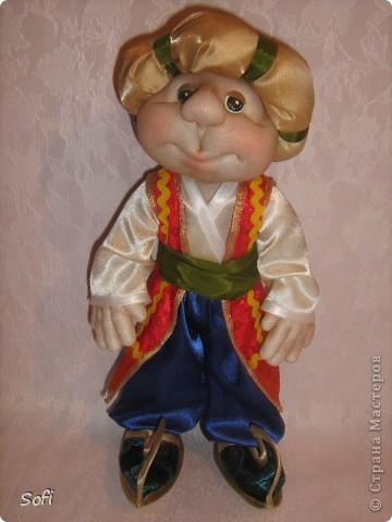 Всем доброго времени суток!!!! Хочу показать Вам  дорогие Мастерицы мою новую куклу. Как часто это бывает с созданием  кукол, задумка была одна, а кукла  родилась, и  сказала, кем ей быть. Посмотрела я на неё и увидела персонаж из  мультика  про «Маленького Мука», который терпел много мук. Ещё хочу показать Вам  некоторые этапы рождения куклы, как делаю это я (ссылаясь, на МК Мастериц Страны Мастеров выделила для себя  всё то, что сочла для себя самым удобным, такой сборкой и пользуюсь). Так же покажу, как я сделала  своей кукле обувь в восточном стиле. Надеюсь,  моя информация будет кому-то полезна. Приятного всем просмотра. фото 2