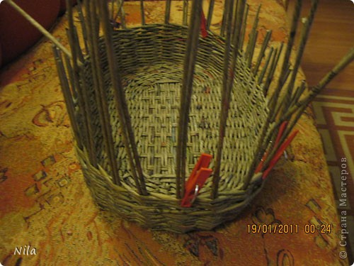 Наконец-то закончила корзинку для пикника. Красила трубочки водной морилкой Дуб. Готовую корзинку покрыла клеем ПВа и 2 раза аквалаком. фото 8