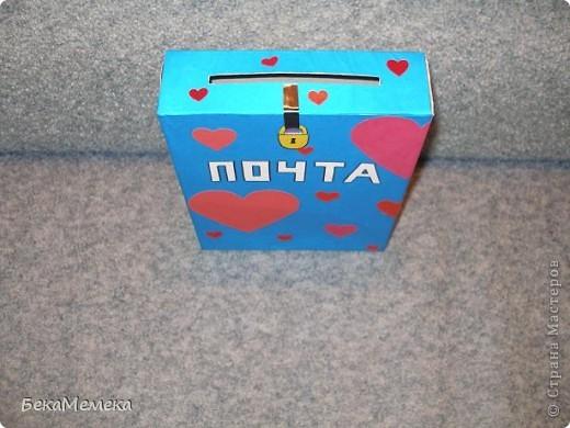 На день Валентина попросили сделать почтовый ящик в класс. Ребятки будут кидать туда свои Валентинки. Ну, вот что у меня получилось. Пустую коробку обклеила цветной бумагой, сердечки из цветной бумаги и самоклейки (как же я без неё, родимой). фото 2