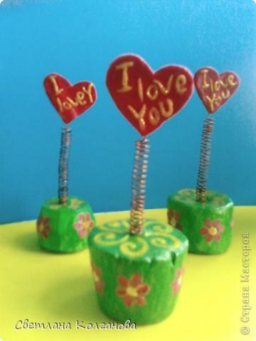 У меня есть полимерная глина, решила сделать сердечко с надписью. А чтобы было интересней и веселее - приделала к нему пружинку (медная проволока накрученная на кисточку). Гипсовую подставку разукрасила гуашью и вскрыла лаком.   фото 2