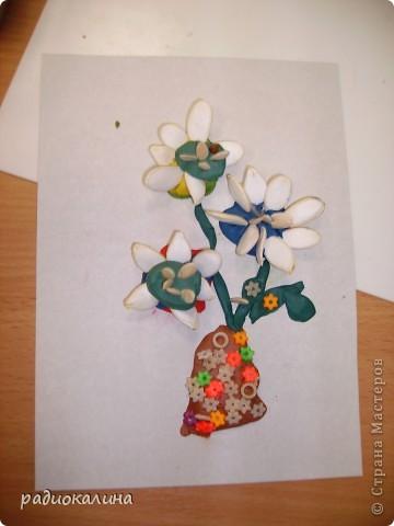 На прошлом занятии мы лепили вазу с цветами. Для цветов делали серединки из пластилина и по краю втыкали семена тыквы, кабачков , подсолнечника. Это работа Надюши. фото 2
