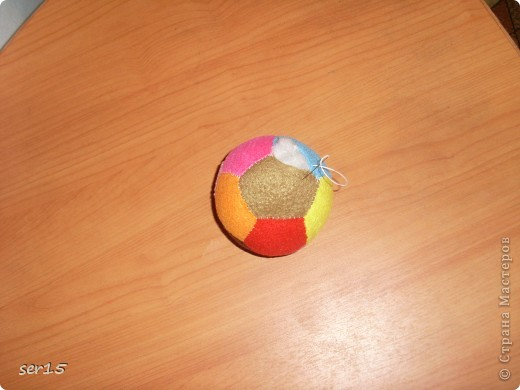 Я решил вам показать Мк на киндер-сюрприз или просто на маленький мячик. Ну если сказать по настоящему то это не обыкновенный мяч. У него есть функция погремушки. И как это сделать я сейчас покажу. фото 1