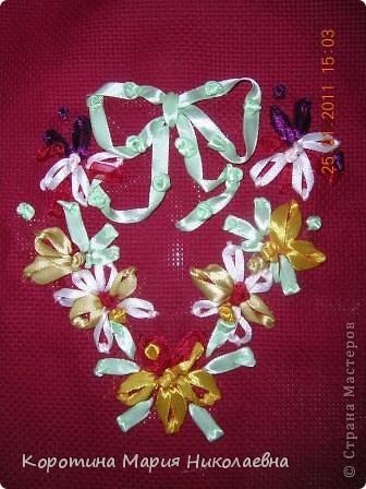 """Однажды в магазине наткнулась на книгу """"Вышивка лентами"""" Захотелось попробовать. Купила канву, ленты. Простыми швами выполнила вышивку подушечек. Работу дополнила вязаными цветами. Ткань между вышивкой заполнила вышивкой крестом этими же нитками для вязания. Вот что получилось. фото 5"""