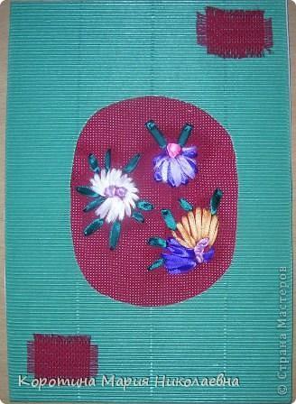 """Однажды в магазине наткнулась на книгу """"Вышивка лентами"""" Захотелось попробовать. Купила канву, ленты. Простыми швами выполнила вышивку подушечек. Работу дополнила вязаными цветами. Ткань между вышивкой заполнила вышивкой крестом этими же нитками для вязания. Вот что получилось. фото 8"""