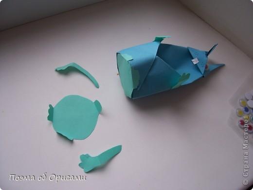 Более десяти лет назад в руках известного мастера оригами Пауло Мулатино (Германия) родилась идея декоративной подставки  для яиц . Очаровательный зайчик, трогательно прижимающий к себе пасхальное яичко оказался только началом. Обе модели складываются совсем несложно и достаточно быстро и доставят огромную радость Вам и Вашим детям. Для каждой поделки понадобится два квадрата размером 20х20.  фото 5