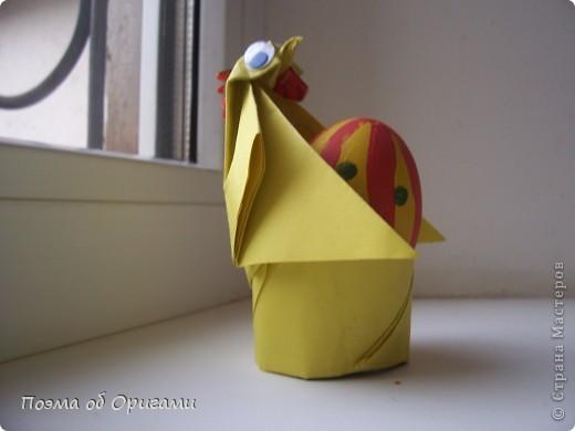 Более десяти лет назад в руках известного мастера оригами Пауло Мулатино (Германия) родилась идея декоративной подставки  для яиц . Очаровательный зайчик, трогательно прижимающий к себе пасхальное яичко оказался только началом. Обе модели складываются совсем несложно и достаточно быстро и доставят огромную радость Вам и Вашим детям. Для каждой поделки понадобится два квадрата размером 20х20.  фото 2