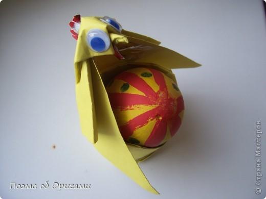 Более десяти лет назад в руках известного мастера оригами Пауло Мулатино (Германия) родилась идея декоративной подставки  для яиц . Очаровательный зайчик, трогательно прижимающий к себе пасхальное яичко оказался только началом. Обе модели складываются совсем несложно и достаточно быстро и доставят огромную радость Вам и Вашим детям. Для каждой поделки понадобится два квадрата размером 20х20.  фото 34