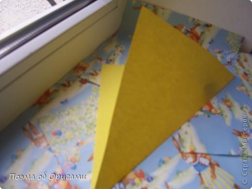 Более десяти лет назад в руках известного мастера оригами Пауло Мулатино (Германия) родилась идея декоративной подставки  для яиц . Очаровательный зайчик, трогательно прижимающий к себе пасхальное яичко оказался только началом. Обе модели складываются совсем несложно и достаточно быстро и доставят огромную радость Вам и Вашим детям. Для каждой поделки понадобится два квадрата размером 20х20.  фото 7