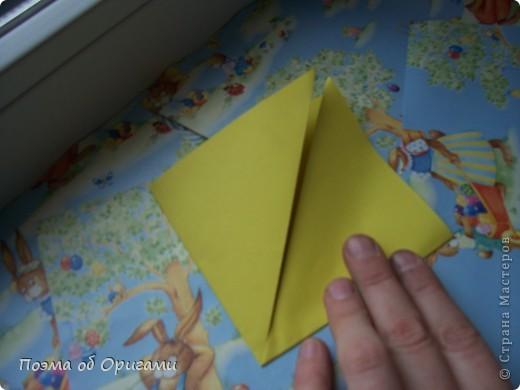 Более десяти лет назад в руках известного мастера оригами Пауло Мулатино (Германия) родилась идея декоративной подставки  для яиц . Очаровательный зайчик, трогательно прижимающий к себе пасхальное яичко оказался только началом. Обе модели складываются совсем несложно и достаточно быстро и доставят огромную радость Вам и Вашим детям. Для каждой поделки понадобится два квадрата размером 20х20.  фото 9