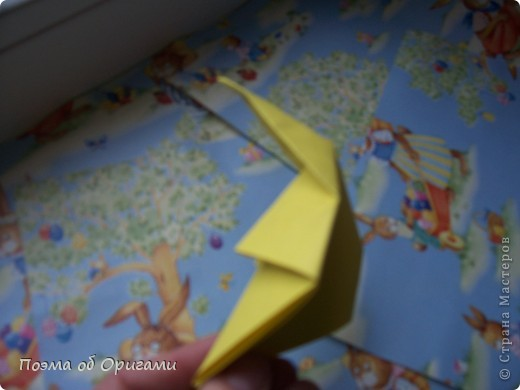 Более десяти лет назад в руках известного мастера оригами Пауло Мулатино (Германия) родилась идея декоративной подставки  для яиц . Очаровательный зайчик, трогательно прижимающий к себе пасхальное яичко оказался только началом. Обе модели складываются совсем несложно и достаточно быстро и доставят огромную радость Вам и Вашим детям. Для каждой поделки понадобится два квадрата размером 20х20.  фото 14