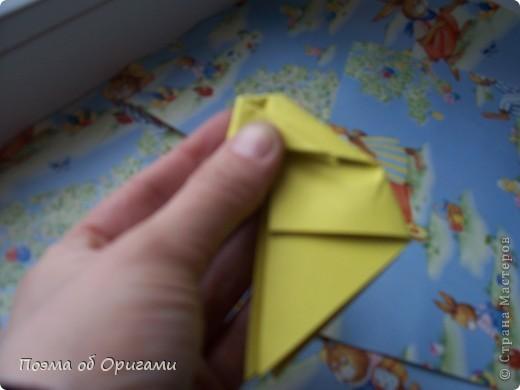 Более десяти лет назад в руках известного мастера оригами Пауло Мулатино (Германия) родилась идея декоративной подставки  для яиц . Очаровательный зайчик, трогательно прижимающий к себе пасхальное яичко оказался только началом. Обе модели складываются совсем несложно и достаточно быстро и доставят огромную радость Вам и Вашим детям. Для каждой поделки понадобится два квадрата размером 20х20.  фото 15