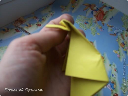 Более десяти лет назад в руках известного мастера оригами Пауло Мулатино (Германия) родилась идея декоративной подставки  для яиц . Очаровательный зайчик, трогательно прижимающий к себе пасхальное яичко оказался только началом. Обе модели складываются совсем несложно и достаточно быстро и доставят огромную радость Вам и Вашим детям. Для каждой поделки понадобится два квадрата размером 20х20.  фото 16
