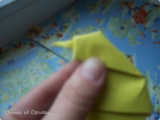 Более десяти лет назад в руках известного мастера оригами Пауло Мулатино (Германия) родилась идея декоративной подставки  для яиц . Очаровательный зайчик, трогательно прижимающий к себе пасхальное яичко оказался только началом. Обе модели складываются совсем несложно и достаточно быстро и доставят огромную радость Вам и Вашим детям. Для каждой поделки понадобится два квадрата размером 20х20.  фото 17