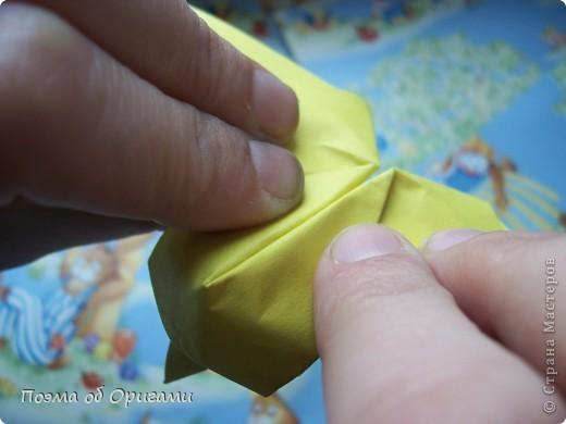 Более десяти лет назад в руках известного мастера оригами Пауло Мулатино (Германия) родилась идея декоративной подставки  для яиц . Очаровательный зайчик, трогательно прижимающий к себе пасхальное яичко оказался только началом. Обе модели складываются совсем несложно и достаточно быстро и доставят огромную радость Вам и Вашим детям. Для каждой поделки понадобится два квадрата размером 20х20.  фото 18