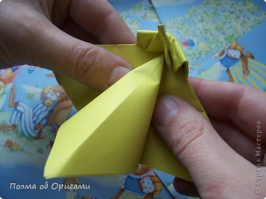 Более десяти лет назад в руках известного мастера оригами Пауло Мулатино (Германия) родилась идея декоративной подставки  для яиц . Очаровательный зайчик, трогательно прижимающий к себе пасхальное яичко оказался только началом. Обе модели складываются совсем несложно и достаточно быстро и доставят огромную радость Вам и Вашим детям. Для каждой поделки понадобится два квадрата размером 20х20.  фото 19