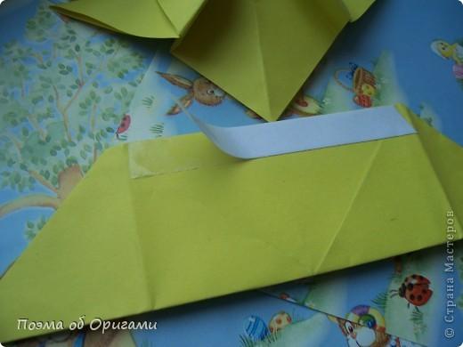 Более десяти лет назад в руках известного мастера оригами Пауло Мулатино (Германия) родилась идея декоративной подставки  для яиц . Очаровательный зайчик, трогательно прижимающий к себе пасхальное яичко оказался только началом. Обе модели складываются совсем несложно и достаточно быстро и доставят огромную радость Вам и Вашим детям. Для каждой поделки понадобится два квадрата размером 20х20.  фото 27