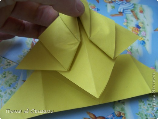 Более десяти лет назад в руках известного мастера оригами Пауло Мулатино (Германия) родилась идея декоративной подставки  для яиц . Очаровательный зайчик, трогательно прижимающий к себе пасхальное яичко оказался только началом. Обе модели складываются совсем несложно и достаточно быстро и доставят огромную радость Вам и Вашим детям. Для каждой поделки понадобится два квадрата размером 20х20.  фото 28