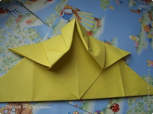 Более десяти лет назад в руках известного мастера оригами Пауло Мулатино (Германия) родилась идея декоративной подставки  для яиц . Очаровательный зайчик, трогательно прижимающий к себе пасхальное яичко оказался только началом. Обе модели складываются совсем несложно и достаточно быстро и доставят огромную радость Вам и Вашим детям. Для каждой поделки понадобится два квадрата размером 20х20.  фото 29