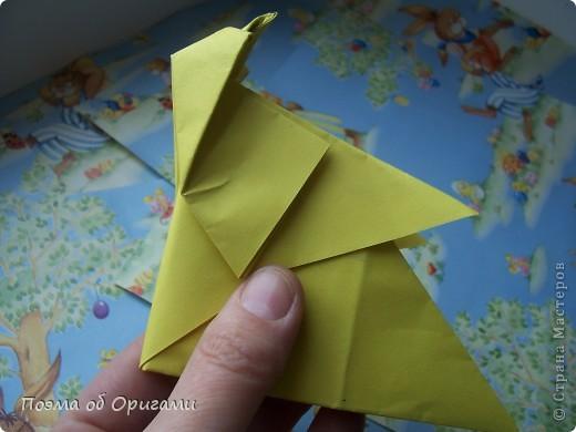 Более десяти лет назад в руках известного мастера оригами Пауло Мулатино (Германия) родилась идея декоративной подставки  для яиц . Очаровательный зайчик, трогательно прижимающий к себе пасхальное яичко оказался только началом. Обе модели складываются совсем несложно и достаточно быстро и доставят огромную радость Вам и Вашим детям. Для каждой поделки понадобится два квадрата размером 20х20.  фото 30