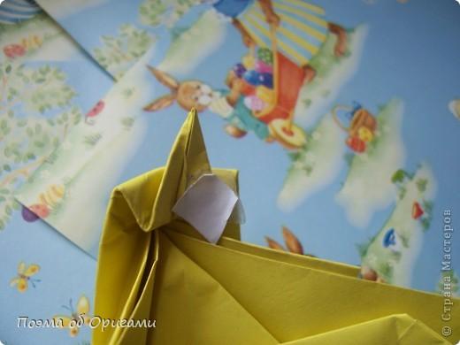 Более десяти лет назад в руках известного мастера оригами Пауло Мулатино (Германия) родилась идея декоративной подставки  для яиц . Очаровательный зайчик, трогательно прижимающий к себе пасхальное яичко оказался только началом. Обе модели складываются совсем несложно и достаточно быстро и доставят огромную радость Вам и Вашим детям. Для каждой поделки понадобится два квадрата размером 20х20.  фото 31