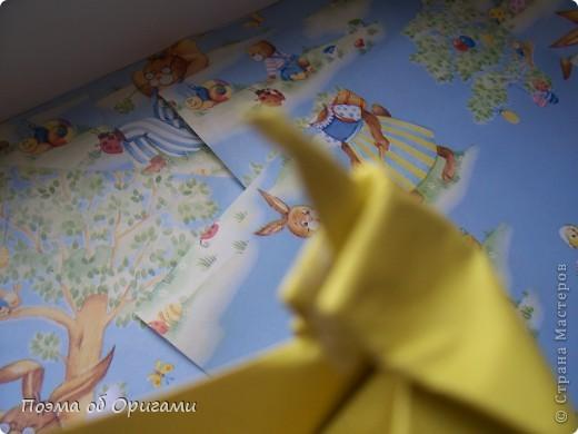 Более десяти лет назад в руках известного мастера оригами Пауло Мулатино (Германия) родилась идея декоративной подставки  для яиц . Очаровательный зайчик, трогательно прижимающий к себе пасхальное яичко оказался только началом. Обе модели складываются совсем несложно и достаточно быстро и доставят огромную радость Вам и Вашим детям. Для каждой поделки понадобится два квадрата размером 20х20.  фото 32