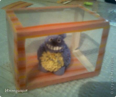У друга сегодня день рождения... Вот, смастерила ему подарок... Только-только доделала и захотела показать... =) Идея появилась отсюда: http://increations.blogspot.com/2011/01/quilled-totoro-toy.html.  Только внесла кое-какие изменения на свой взгляд и коробочку с прозрачными стеночками сделала... Вы же знаете Тоторо? Это герой японского мультфильма... Хотела нафотографировать поподробнее процесс, но так увлеклась делом, что забыла про все... Как всегда прошу прощения за качество снимков.... фото 2