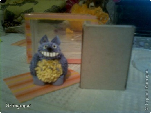 У друга сегодня день рождения... Вот, смастерила ему подарок... Только-только доделала и захотела показать... =) Идея появилась отсюда: http://increations.blogspot.com/2011/01/quilled-totoro-toy.html.  Только внесла кое-какие изменения на свой взгляд и коробочку с прозрачными стеночками сделала... Вы же знаете Тоторо? Это герой японского мультфильма... Хотела нафотографировать поподробнее процесс, но так увлеклась делом, что забыла про все... Как всегда прошу прощения за качество снимков.... фото 1