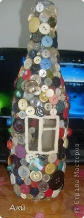 Я использовала простую бутылку,нарисовала на ней окно и дверь- это будет домик... фото 4