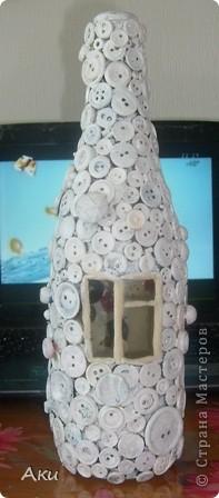 Я использовала простую бутылку,нарисовала на ней окно и дверь- это будет домик... фото 7