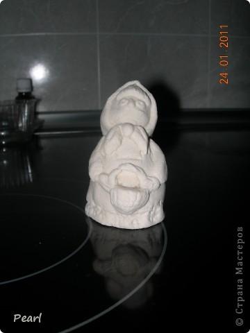 """В садике попросили придумать что-нибудь для инсценировки сказки """"Маша и Медведь"""". Долго думала, что бы такое изобразить. Решила сделать домик медведя, полянку и слепить фигуры из соленого теста. Домик сделала из коробки из-под обуви. Крыша из бумажных трубочек, мои дети сами потом ее красили гуашью. фото 9"""